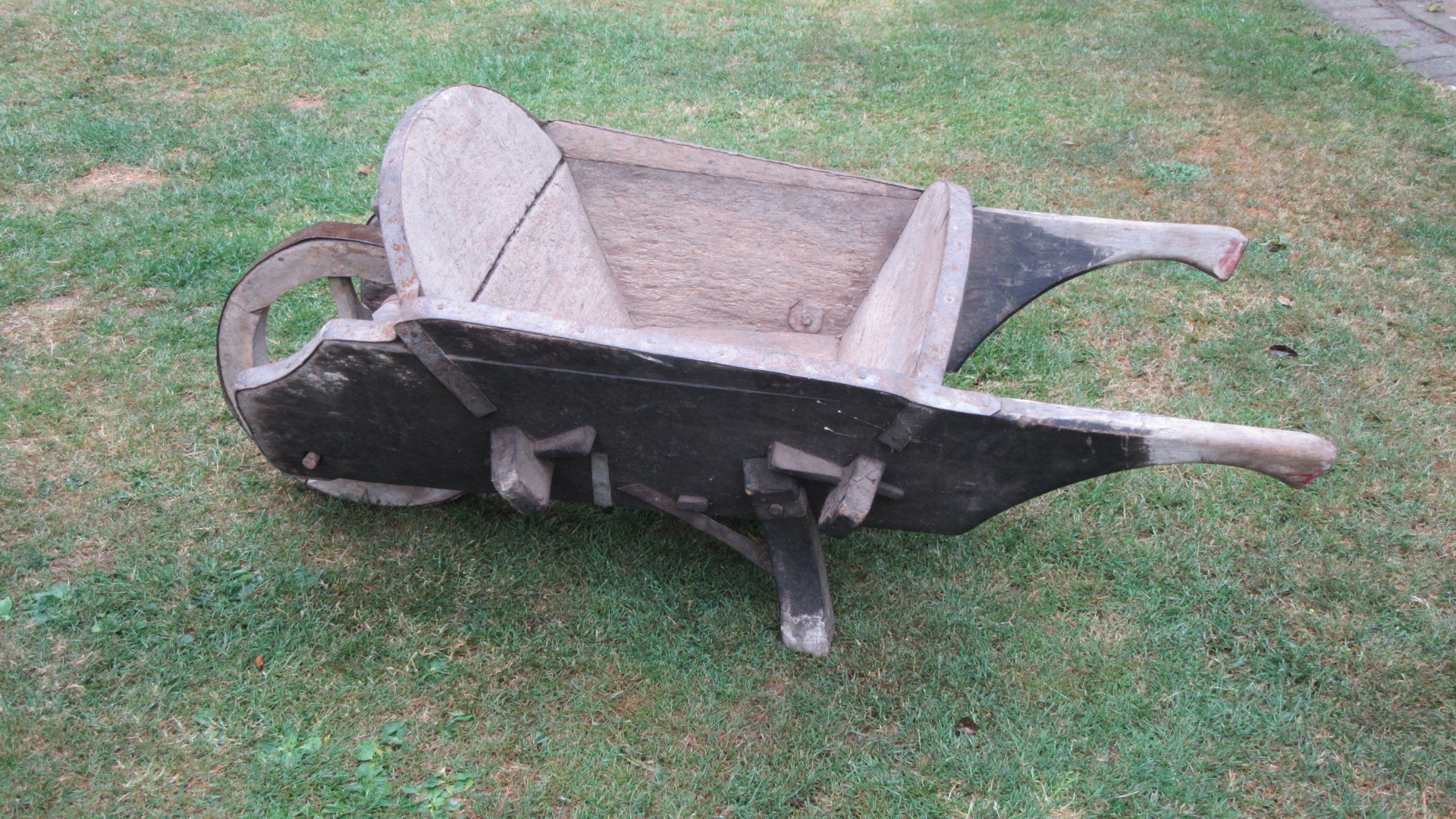 ANTIQUE COUNTRY GARDENERS WHEEL BARROW