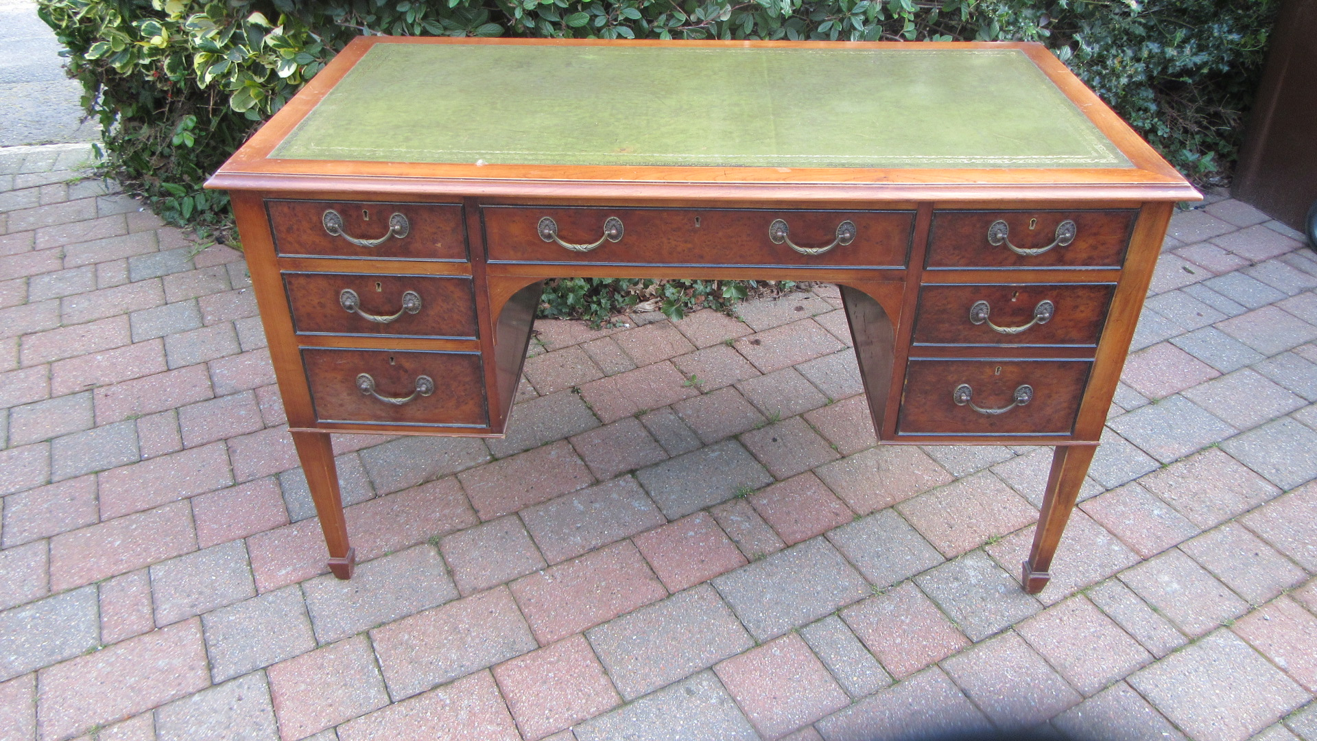 ANTIQUE STYLE WALNUT KNEE HOLE WRITING DESK